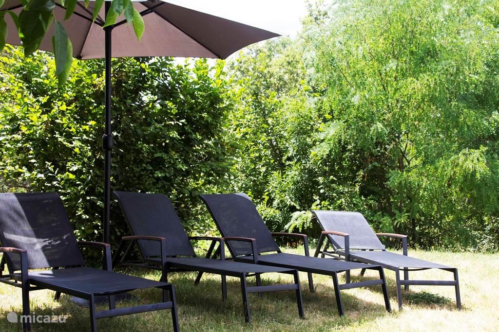 Ligbedden voor al onze gasten naast het zwembad voor ontspanning en zonnen.