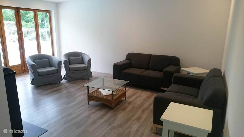 Een ruime woonkamer met voldoende zitplaatsen