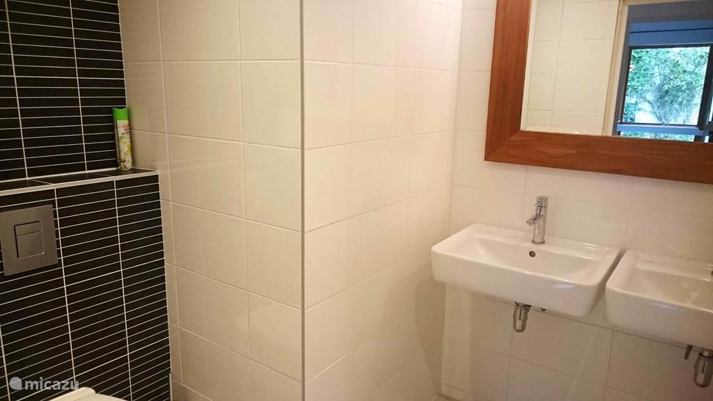 Ruime badkamer met tweede toilet