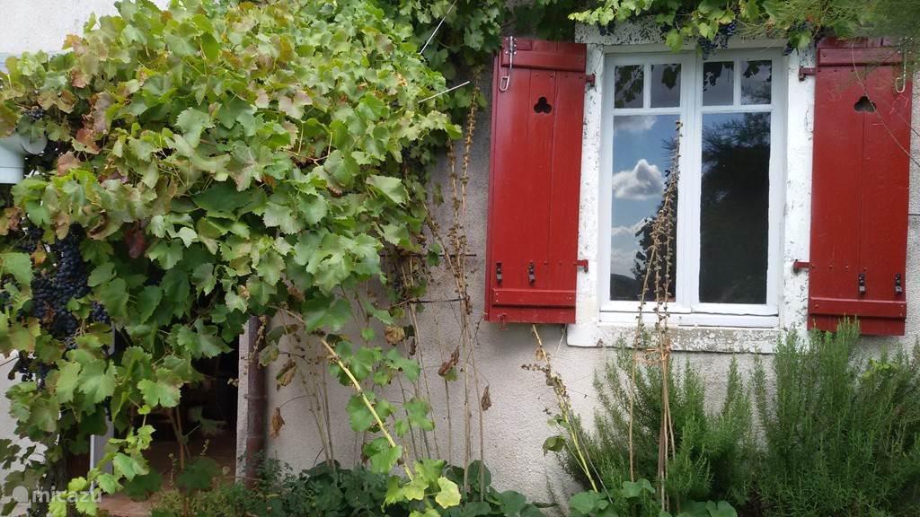 Beaucoup de charme aan de achterkant van het huis.