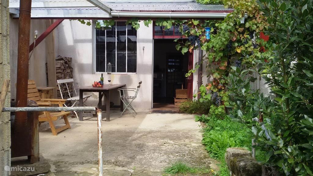 Overdekt terras achter bij de keukendeur