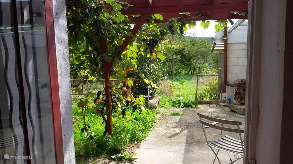 Beeld vanuit de keuken naar het terras en de achtertuin