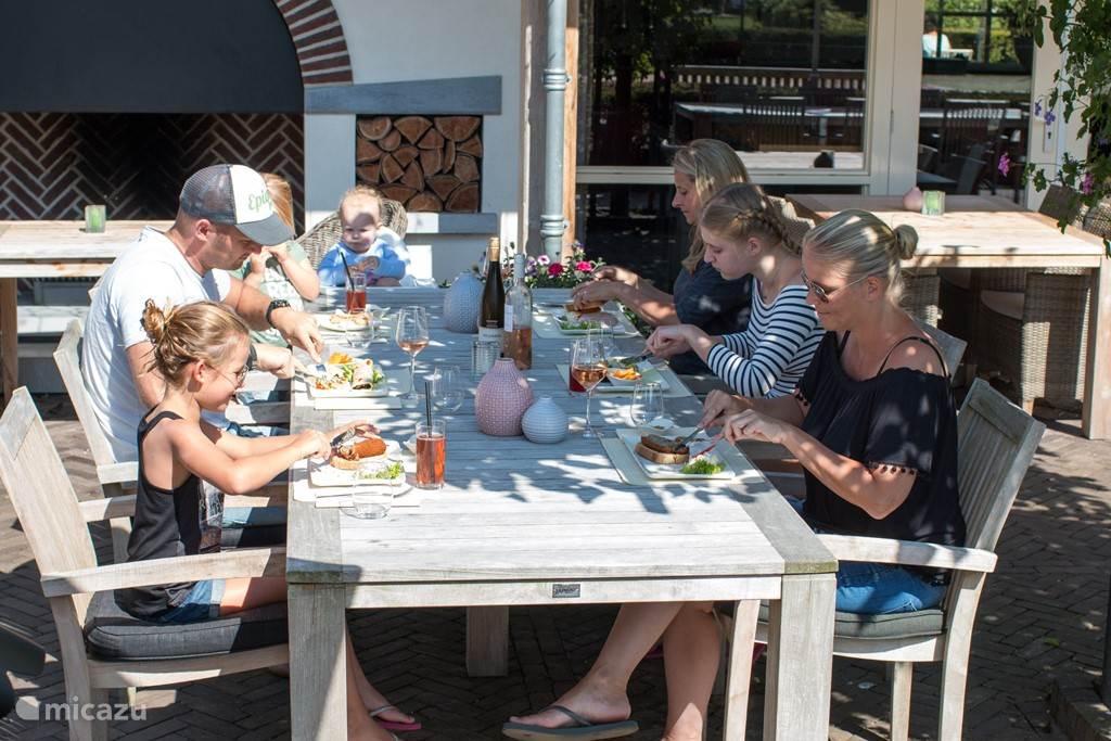 Op het terras bij restaurant De Hazelaer
