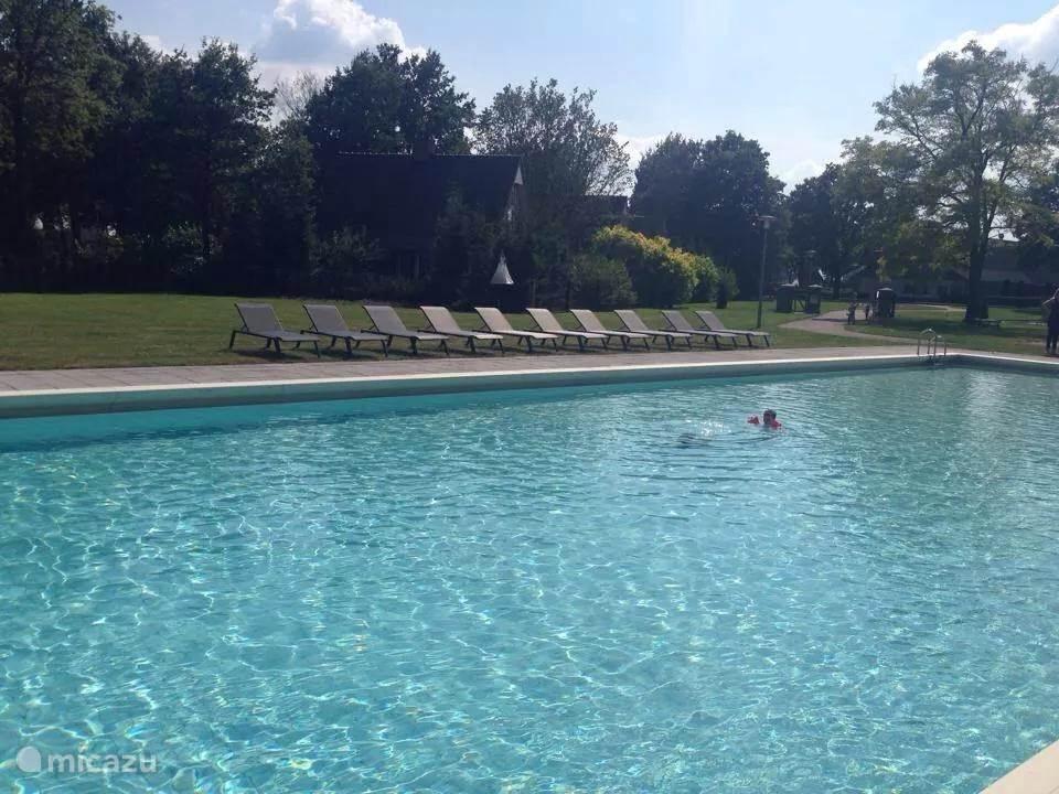 Verwarmd buitenzwembad op het park.