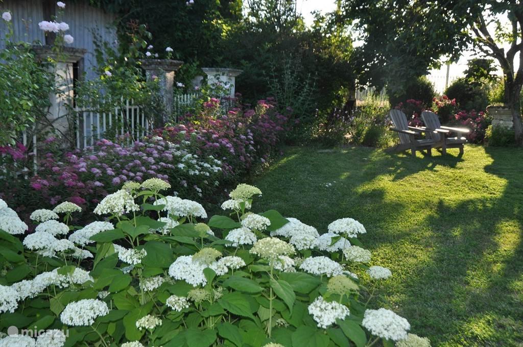 De tuin, geheel afsluitbaar voor kinderen. Voor je privacy vind je altijd wel ergens een rustig plekje, in de schaduw of juist in de zon.
