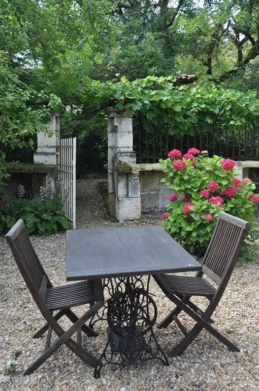 Het kruidenhof, een hele stille plek aan de zijkant van het huis waar je je volledig kunt terugtrekken.