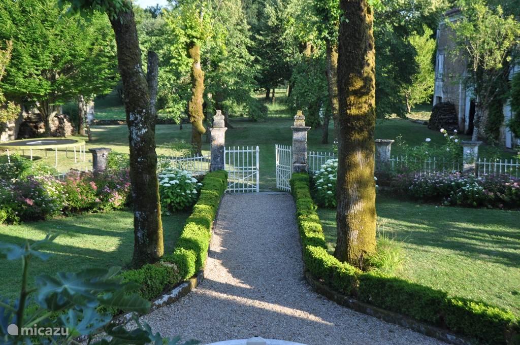 Vanaf het bordes heb je zicht op de symmetrische tuin en het binnenhof met aan weerszijden de schuren en oude muren.  De tuin is volledig af te sluiten voor kleine kinderen. In het binnenhof vind je de trampoline, kun je pingpongen, volleyballen en voetballen.