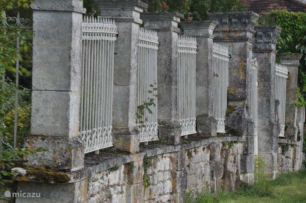 Eeuwenoude muren en hekken.