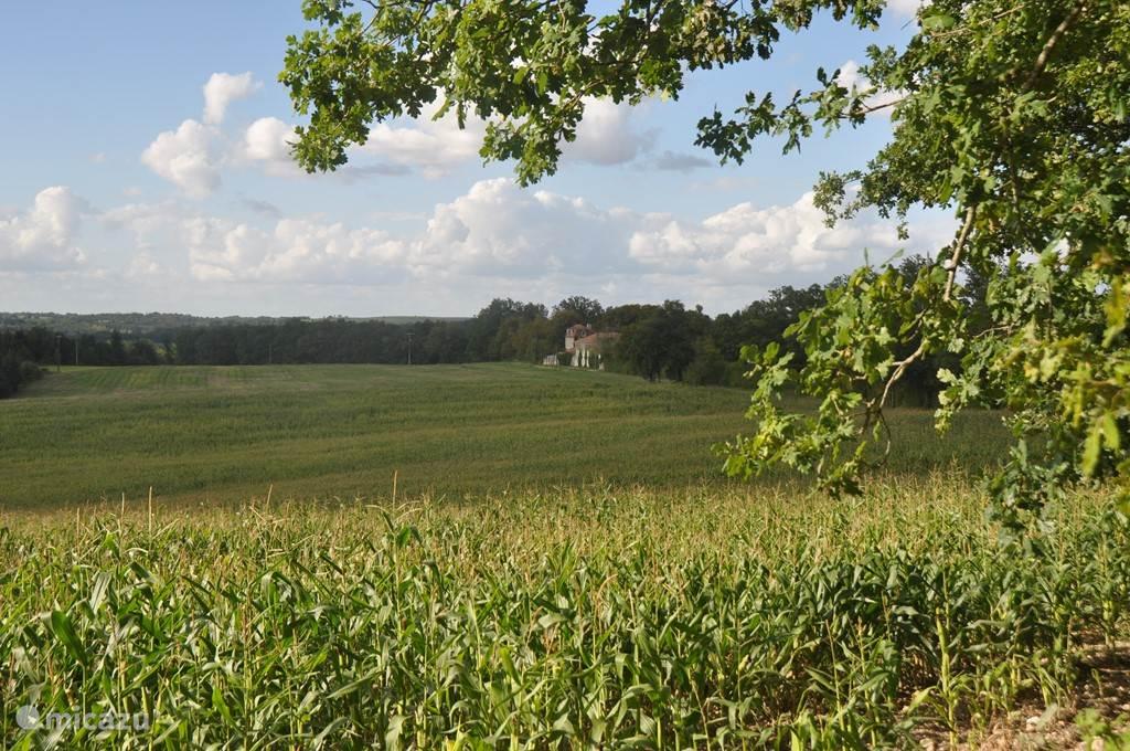 Chassenat ligt helemaal vrij tussen de velden, bossages en boerderijen.