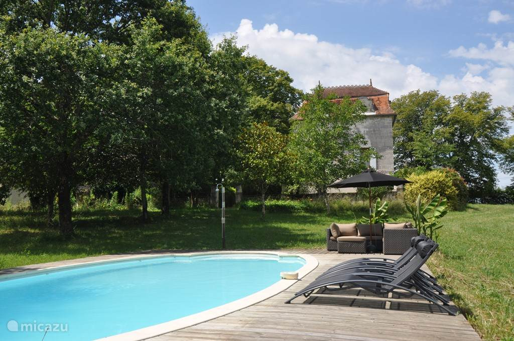 Het vrij gelegen zwembad met loungebanken, ligstoelen en parasols. Je kijkt uit over lavendel, de velden en daarachter bossages.   Het zwembad ligt volop in de zon en je hoort alleen de krekels en zacht zoemende bijtjes.