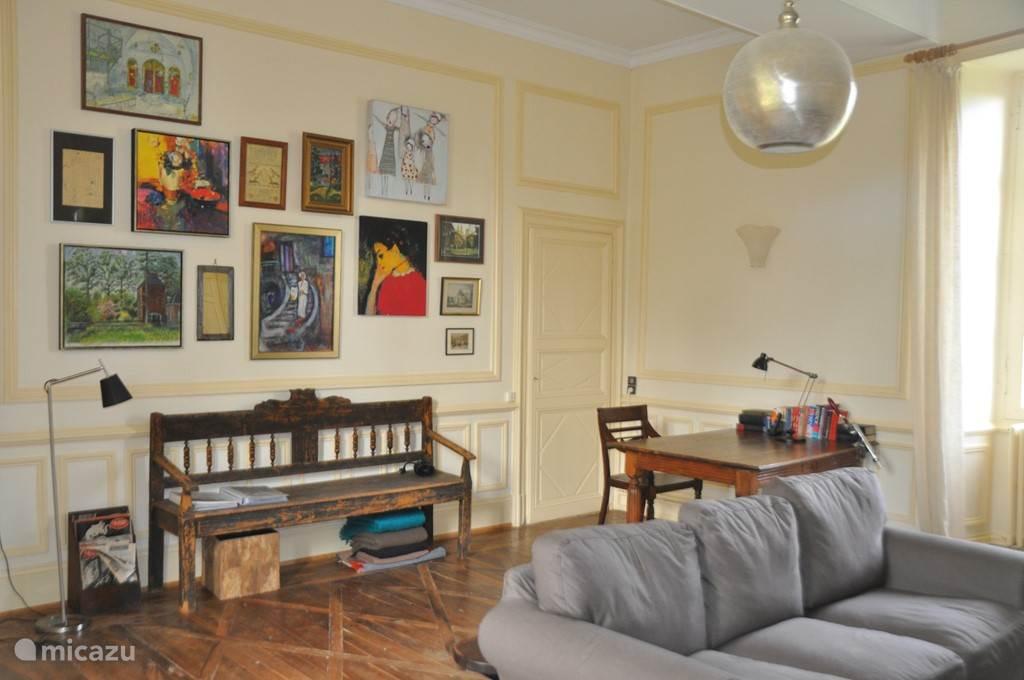 De woonkamer. De tafel rechts dient als bureau - een heerlijke plek om te werken.