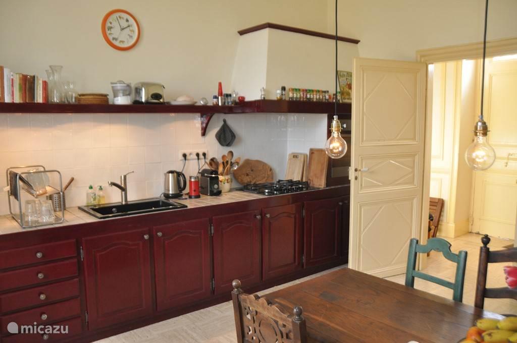 De keuken; je vindt hier een afwasmachine, (2e) koelkast met vriesvak, oven, magnetron, 5-pits gasfornuis en allerhande kookgerei.
