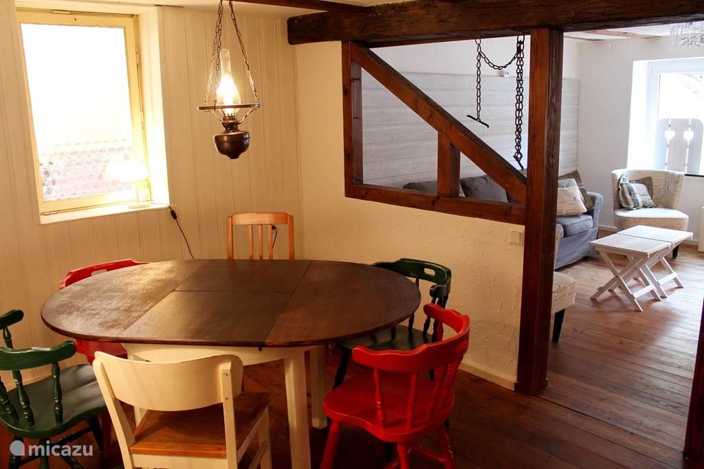 Eetkamer naast de woonkamer