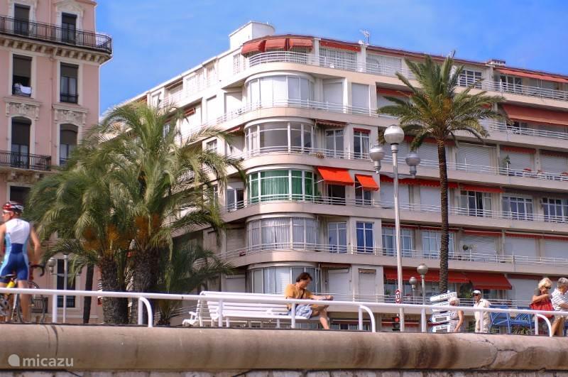 Het appartement Nice Promenade treft u aan op de vierde verdieping van een Jugendstil appartementencomples aan de Promenade des Anglais.