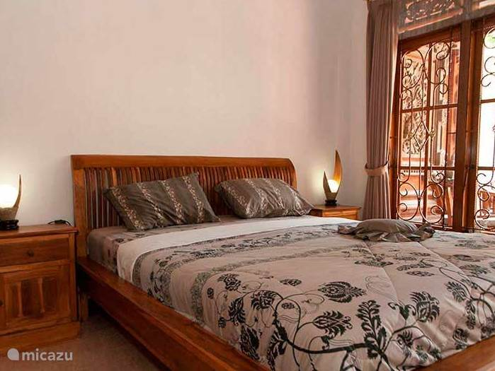 2 ruime slaapkamers met uitzicht op het terras.
