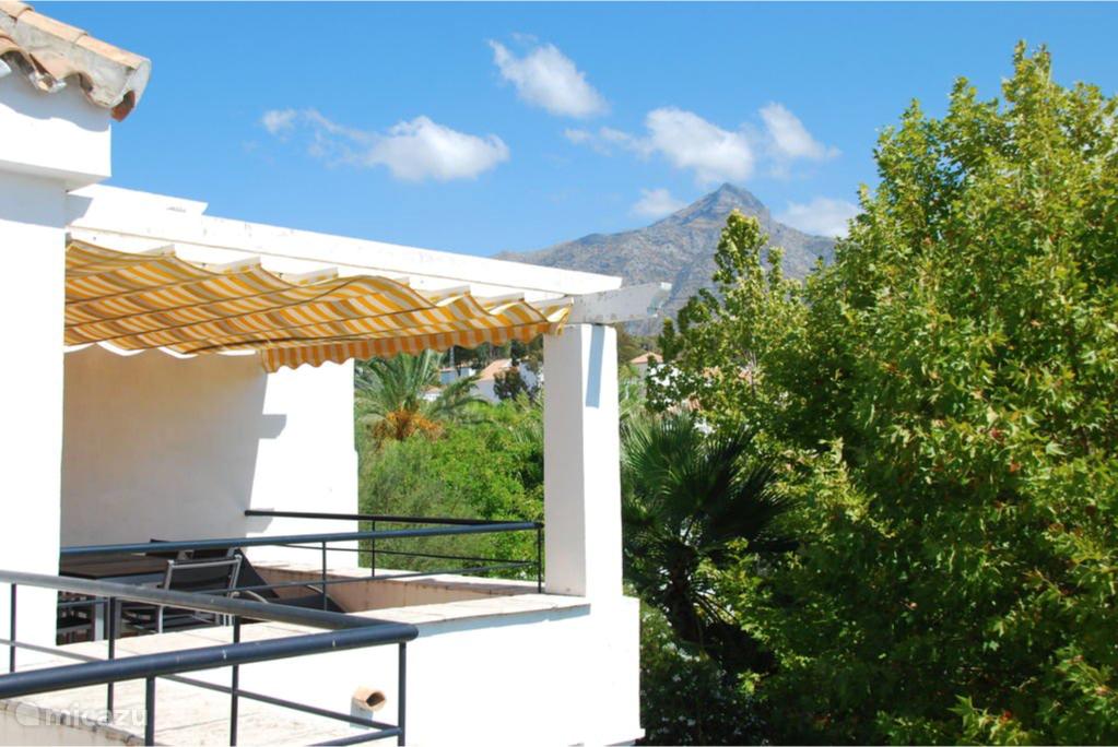 Het zomerse uitzicht op de berg 'La Concha' die Marbella beschermt tegen de koude winterse wind uit het noorden