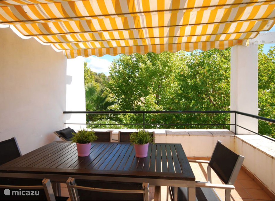 Het terras met zes persoons tafel en ligstoel. Het is hier zeer privê en het heeft mooie vergezichten naar beide kanten.