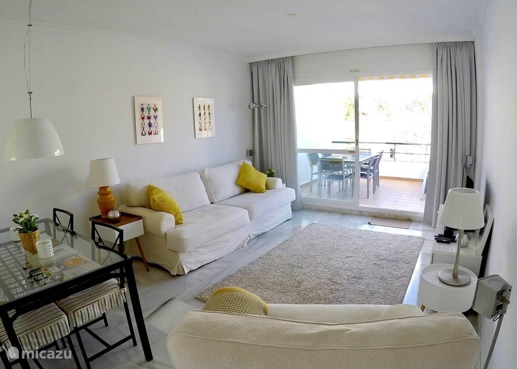 De woonkamer met Blue Tooth soundbar/ home cinema systeem en een eettafel voor 6 personen.