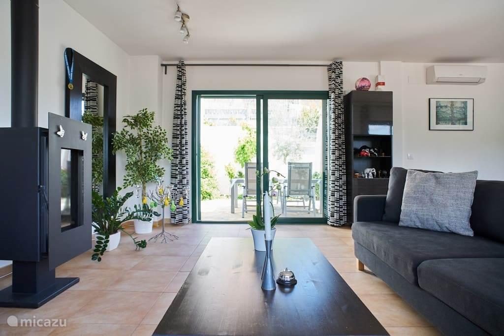 woonkamer met patio