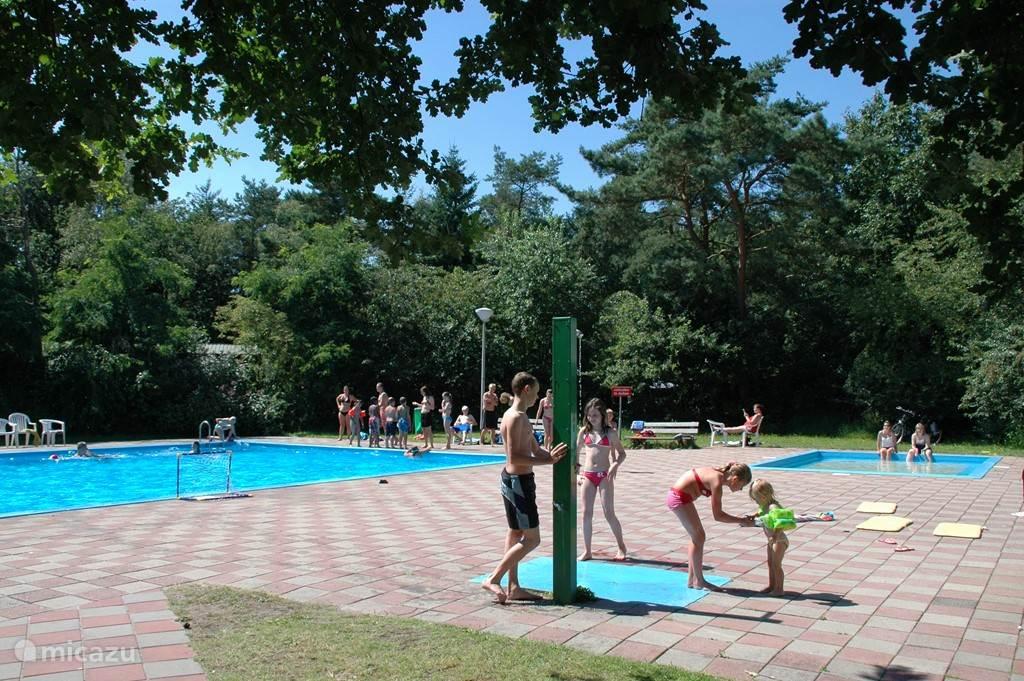 Zwembad direct naar het Mantelhuis gelegen.