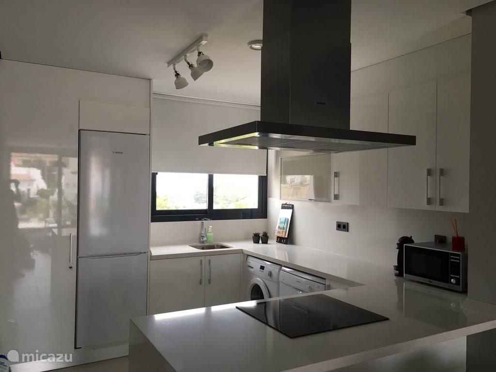 KEUKEN De open keuken is volledig ingericht en voorzien van alle comfort: wasmachine, vaatwasser, oven, koelkast, diepvries, microgolf, stofzuiger, Dolce Gusto, broodrooster,…