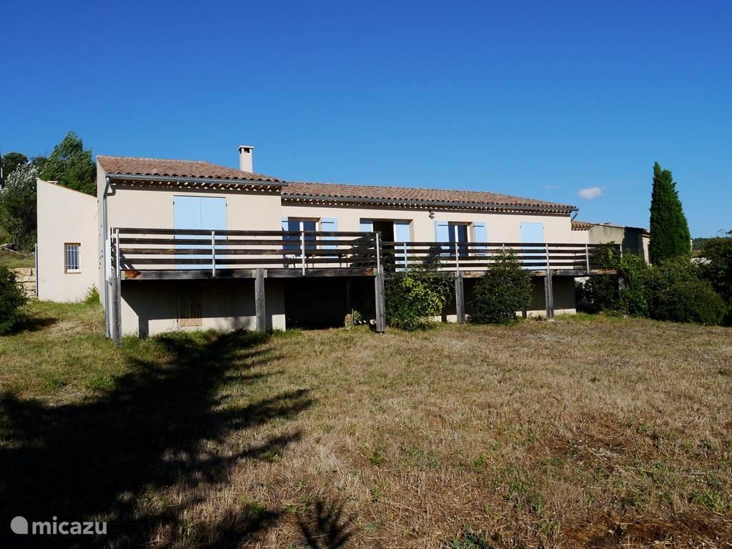 vakantiehuis met grote houten terras