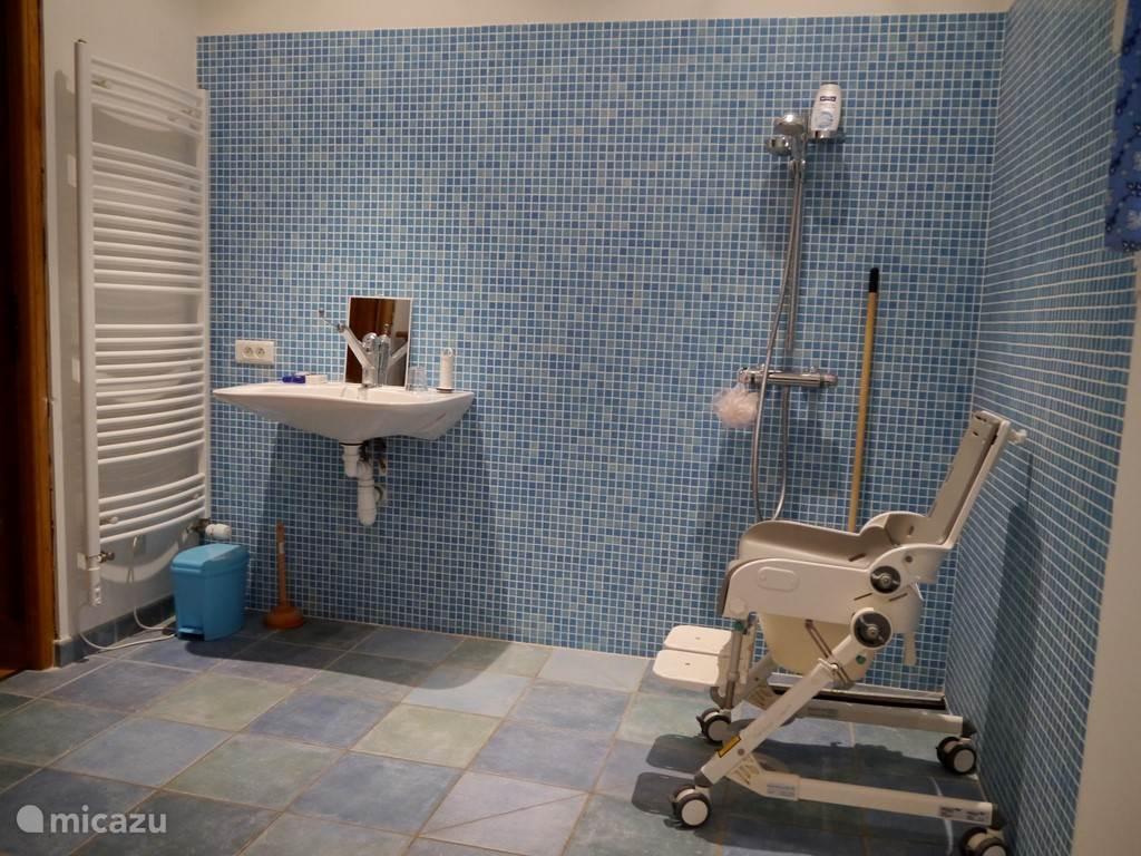 badkamer 2 (geschikt voor rolstoeler)