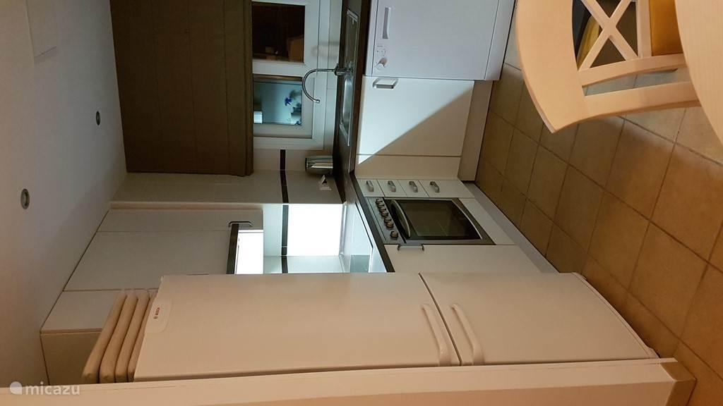 De keuken, voorzien van alle gemakken. Oven, ruime koel/vriescombinatie, waterkoker, Senseo, broodrooster en afwasmachine.
