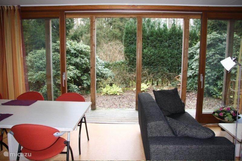 Woonkamer met uitzicht op de tuin