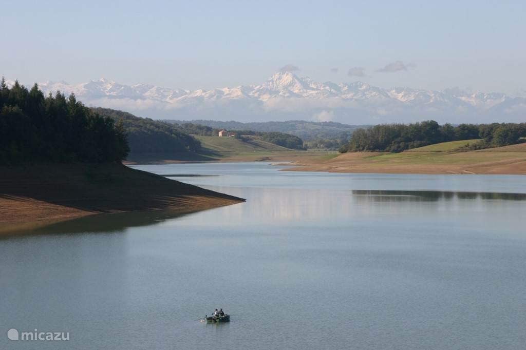 Het meer met op de achtergrond de Pyreneeën