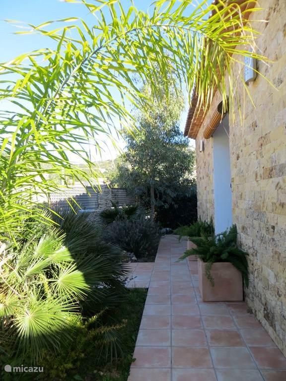 voorzijde huis met mediterrane tuin