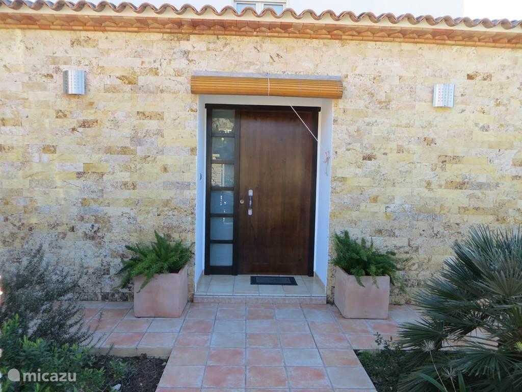 welkom, hier achter deze deur wacht u een heerlijke vakantie!