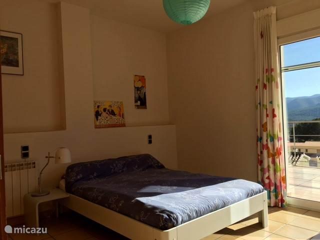 2e slaapkamer met twijfelaar en fantastisch uitzicht op de Jalon vallei, 1ste verdieping