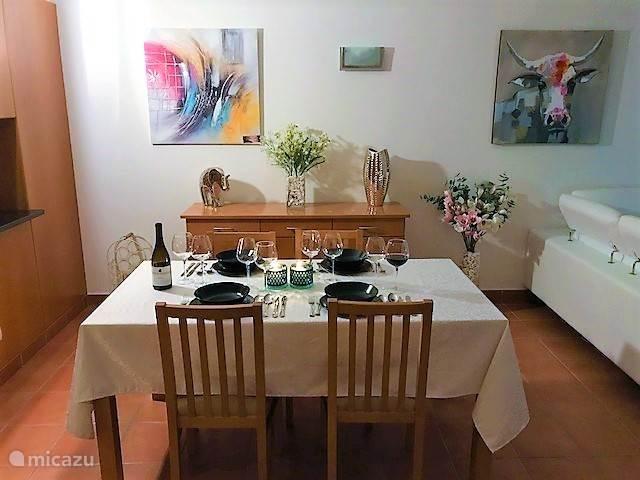 In onze eetkamer kun je in een ontspannen sfeer gezellig dineren.