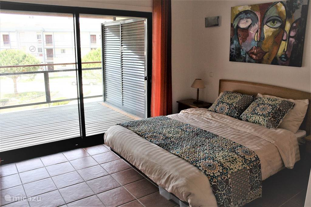 De eerste slaapkamer met directe toegang tot het zonnige terras heeft een eigen badkamer met wastafel, bad/douche, bidet en toilet.