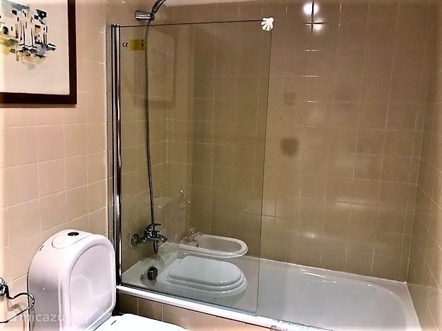 Een van de twee badkamers. Ieder met douche, toilet, bidet en wastafel.