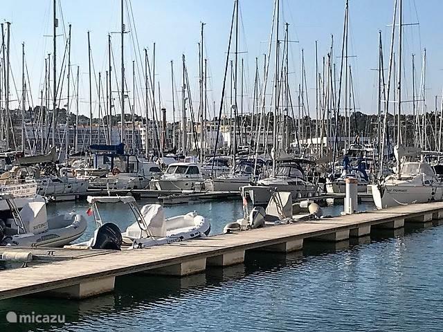 De gezellige haven met enkele restaurantjes.