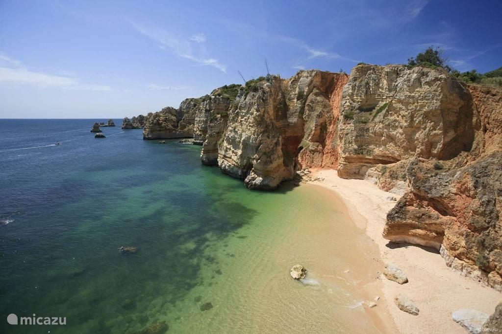 Ga naar een van de talloze geheime strandjes.