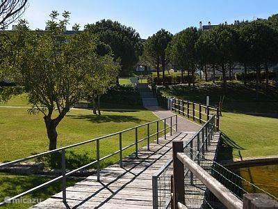 Het Park van enkele hectaren waar het appartement is gelegen.