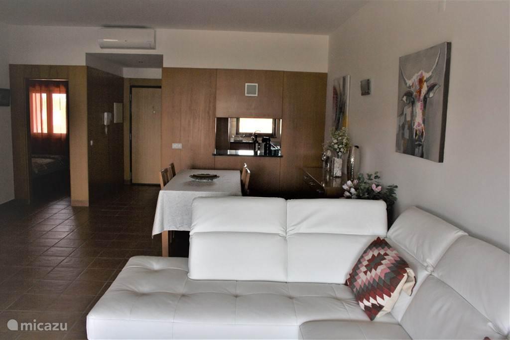 De gezellige woonkamer is voorzien van een comfortabele bank.