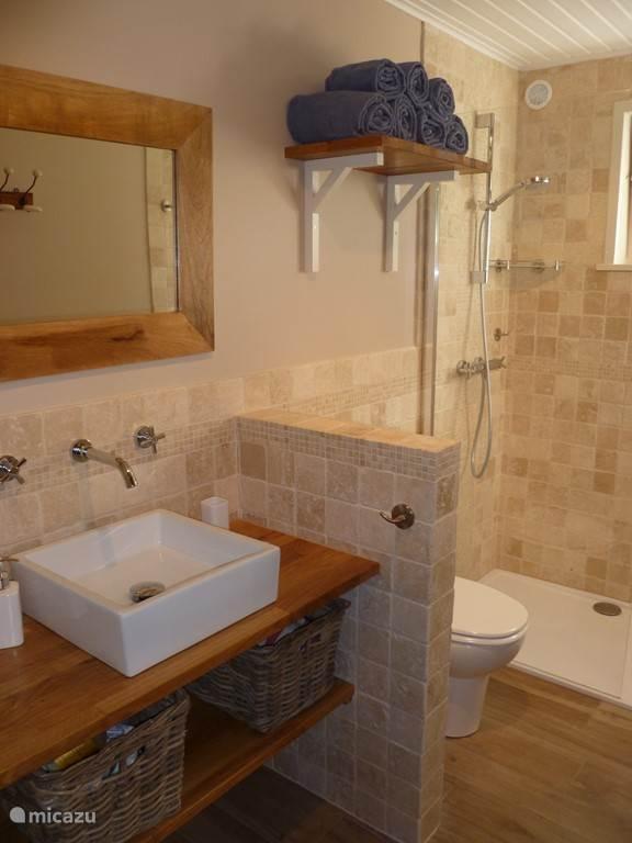 Badkamer met lopende douche