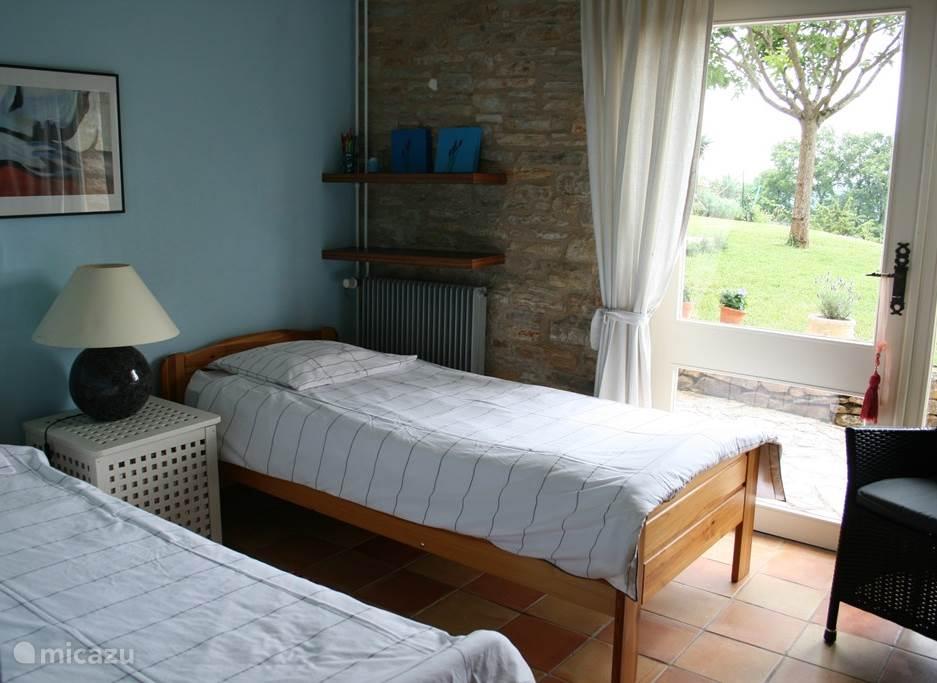 Slaapkamer 2 op de begane grond met eigen terras.