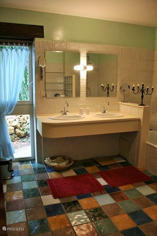 De badkamer, met vloer-verwarming en een inloopdouche is heel ruim. Hier staat ook de wasmachine.