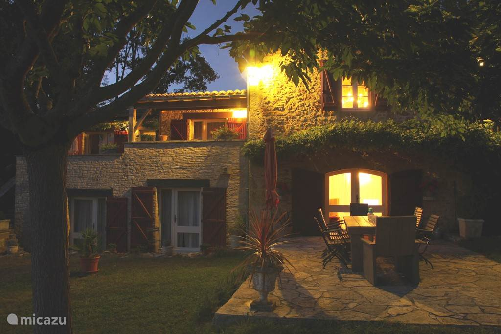 De villa met avondlicht. En met al die lichten uit ziet u een fascinerende sterrenhemel.boven het dal