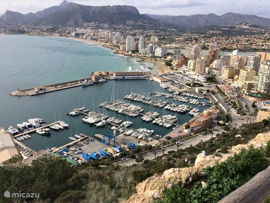 Uitzicht op haven Calpe vanop El Peñon de Ifach.