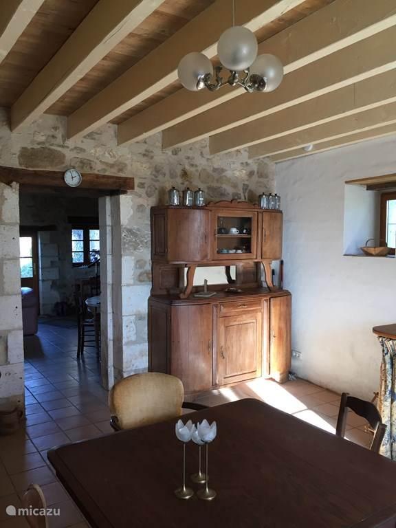 Keuken met doorkijk naar salon