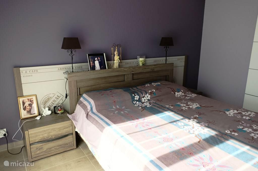 grote slaapkamer met eigen badkamer