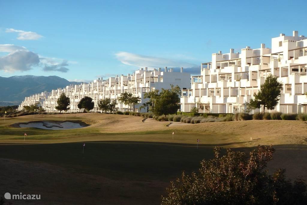 Vanaf het grote buitenterras van Penthouse Golfview heeft u een schitterend uitzicht over de 18 holes golfcourse.
