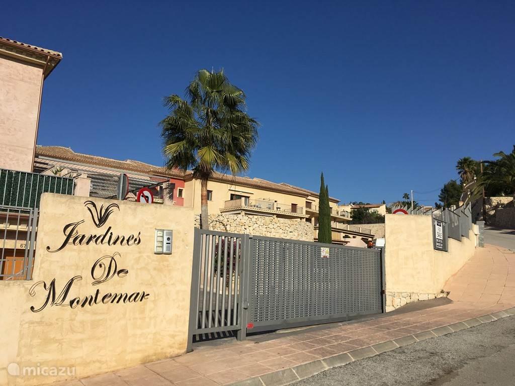 De entree van het appartementencomplex Jardines de Montemar.