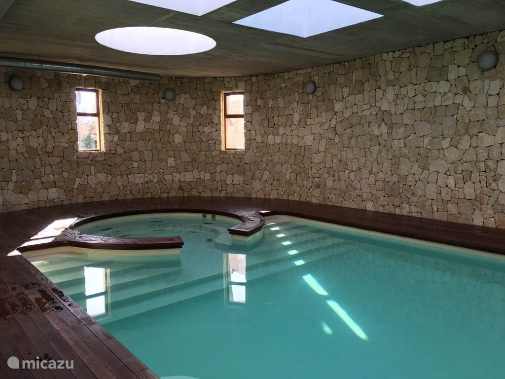 Het binnenzwembad van het complex, met aansluitend fitnessruimte.